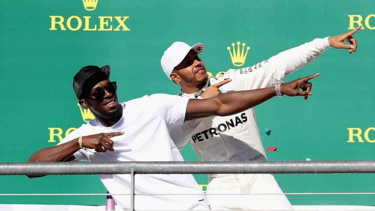 Running for Gold: Lewis Hamilton feiert mit Sprint-Superstar Usain Bolt.