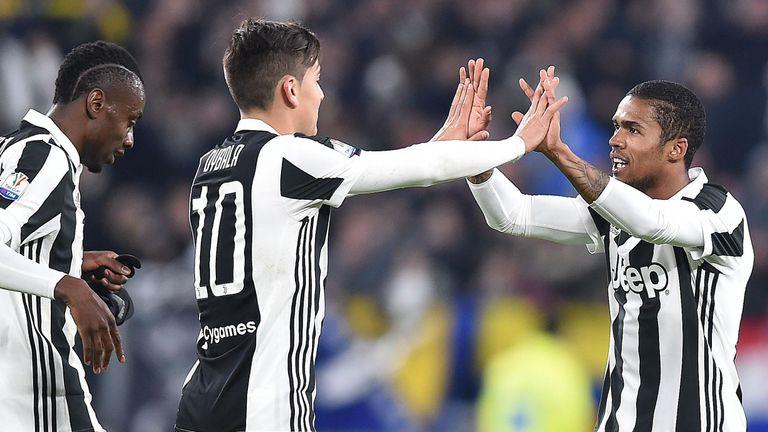 Douglas Costa erzielt das 1:0 für Juventus.