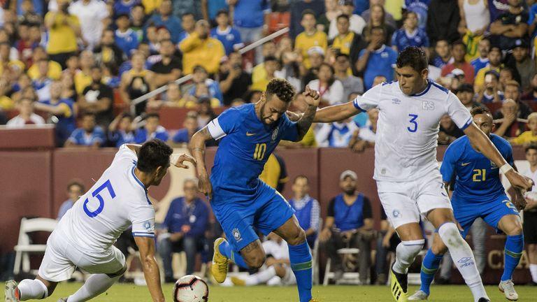 Neymar steht beim Kantersieg von Brasilien gegen El Salvador im Mittelpunkt.