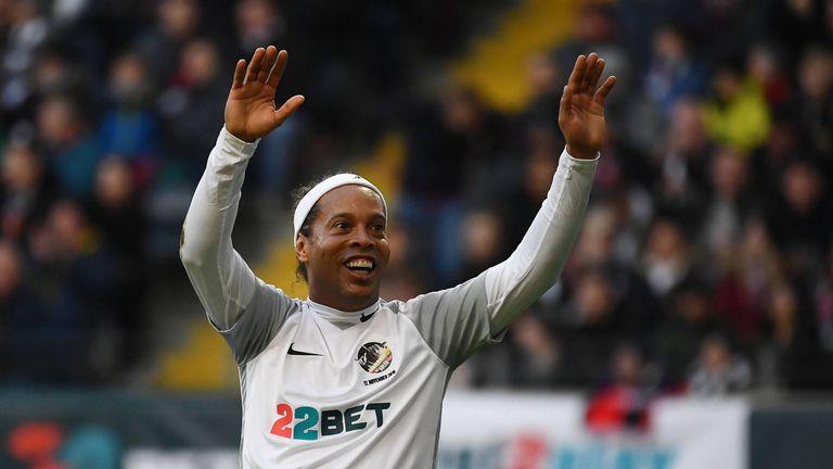 Superstar Ronaldinho ließ sich beim Benefizspiel in Frankfurt von den Fans feiern.