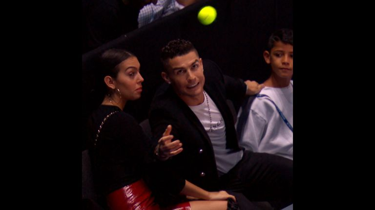 Superstar Cristiano Ronaldo fängt bei den ATP-Finals in London einen Tennisball.