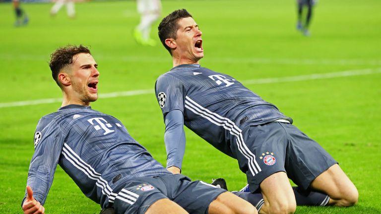 Leon Goretzka (l.) und Robert Lewandowski feiern mit dem FC Bayern den Gruppensieg.