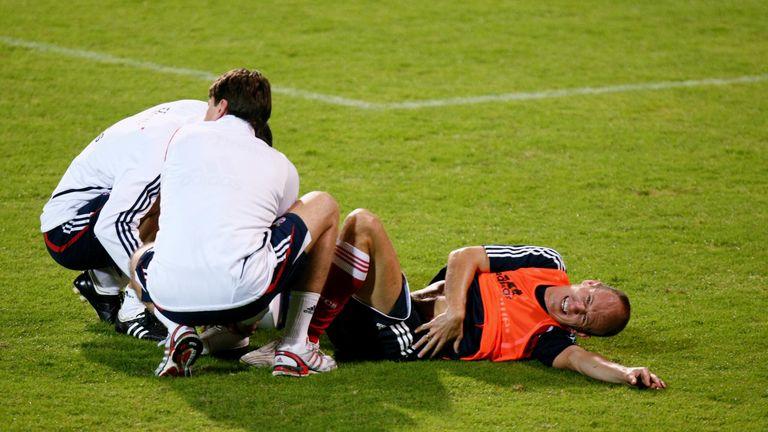 Dann beginnt eine schwere Zeit für Robben. Wegen eines Muskelrisses verpasst Robben die gesamte Hinrunde der Saison 2010/2011. Die Bayern bleiben in dieser Saison ohne Titel.