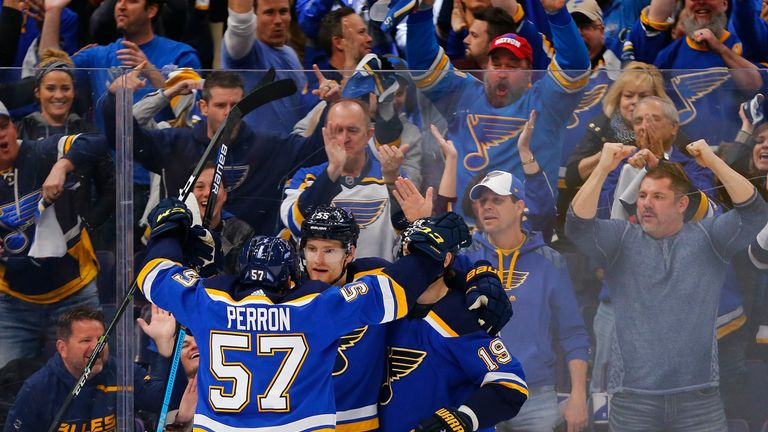 Die St. Louis Blues bejubeln das 2:1 in den Playoffs.