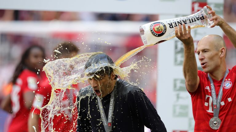 Nach der Meisterehrung verpasst Robben Trainer Niko Kovac erstmal eine Bierdusche.