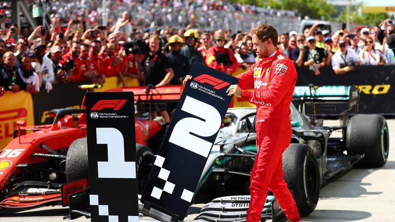 Sebastian Vettel tauscht kurzerhand die Schilder für die Plätze '1' und '2' aus.