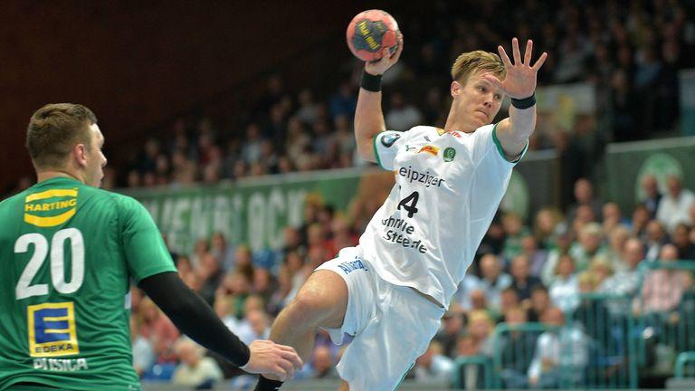 Leipzigs Rückraumspieler Niclas Pieczkowski lässt sich an der Schulter operieren und fällt damit wohl monatelang aus.