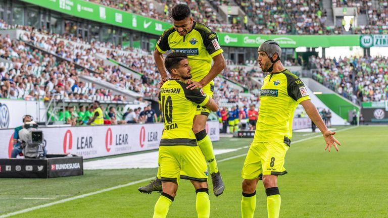 Die Spieler des SC Paderborn bejubeln das 1:0 beim VfL Wolfsburg