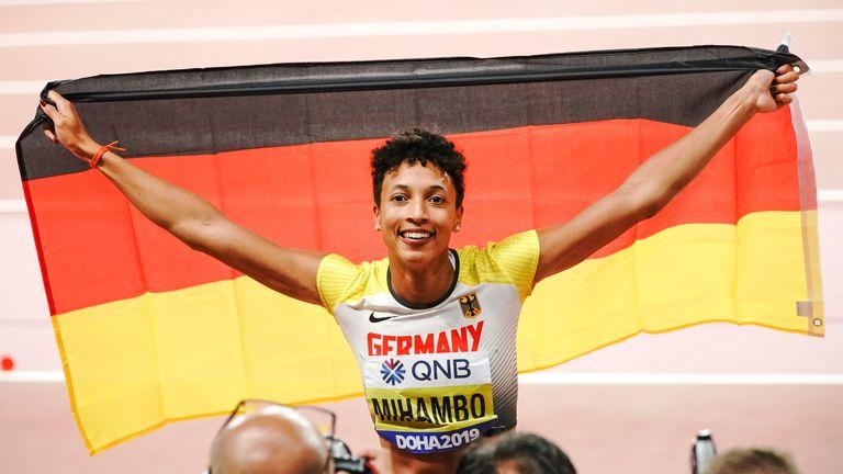 Malaika Mihambo bejubelt ihre Goldmedaille im Weitsprung.
