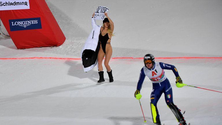 Eine Flitzerin hat beim 'Nackt-Slalom' von Schladming den Skistars die Show gestohlen.