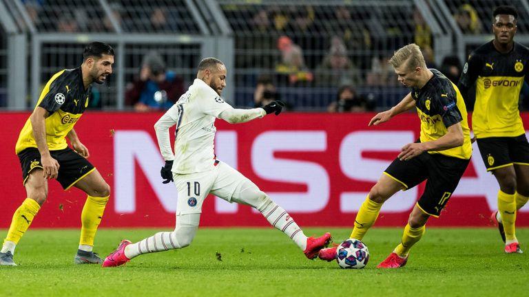Emre Can (l.) und Erling Haaland (r.) lassen PSG-Star Neymar keinen Raum.