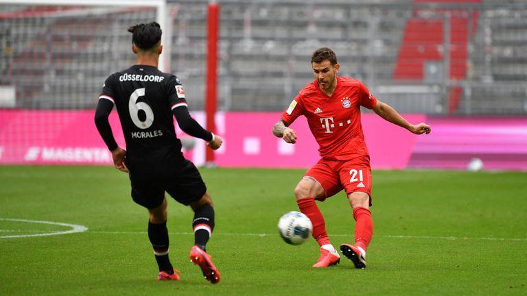 Bayern-Verteidiger Lucas Hernandez (r.) droht für das Top-Spiel bei Bayer Leverkusen auszufallen.