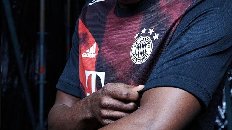 Das Vereinswappen sowie das adidas-Zeichen zieren wie gewohnt die Brust des Jerseys. Im Nacken ist wie bei allen anderen Trikots der Schriftzug ''Mia san mia'' eingestickt (Bildquelle: fcbayern.com).