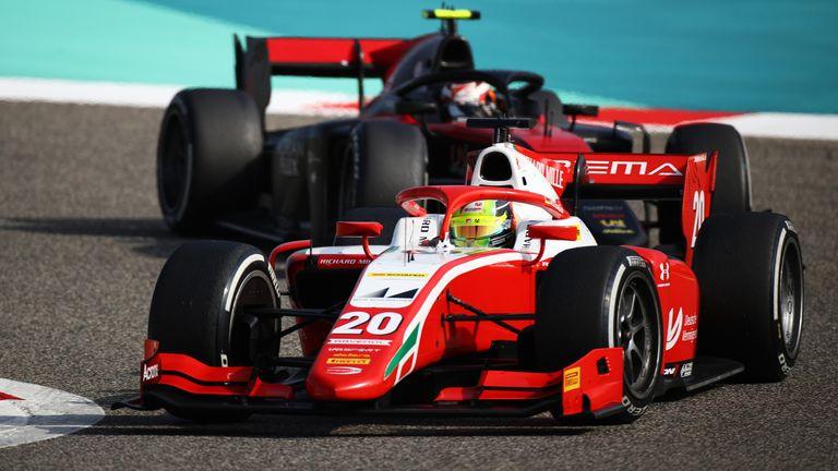 Mick Schumacher (v.) fährt beim Sprintrennen in Bahrain auf Platz Sieben und baut damit seinen Vorsprung in der Meisterschaft um zwei Punkte aus.