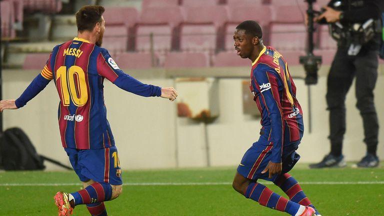Ousmane Dembele (r.) lässt Lionel Messi und den FC Barcelona gegen Real Valladolid jubeln.