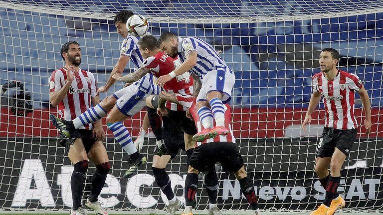Athletic Bilbao (rot-weiße Trikots) verliert das Pokalfinale gegen Real Sociedad.